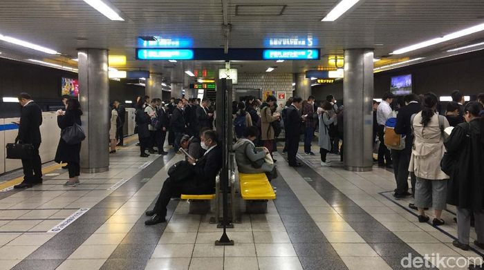 Stasiun kereta di Jepang tampak teratur dan bersih meski dalam keadaan penuh. Foto: Eduardo Hasian Simorangkir