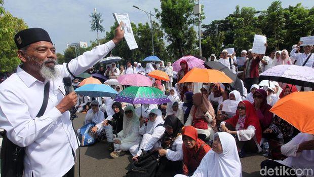 Sejumlah korban First Travel berunjuk rasa di depan gedung MA beberapa waktu lalu