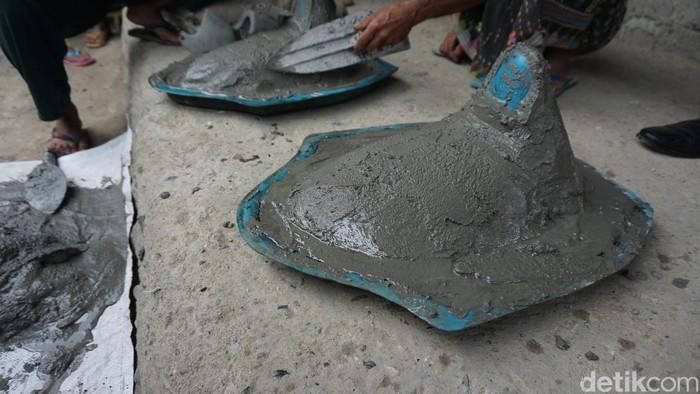 Pembuatan jamban sederhana ini dilakukan demi mengurangi kebiasaan masyarakat beberapa desa di Kecamatan Ruteng, Kabupaten Manggarai, Nusa Tenggara Timur (NTT). Foto: Widiya Wiyanti/detikHealth
