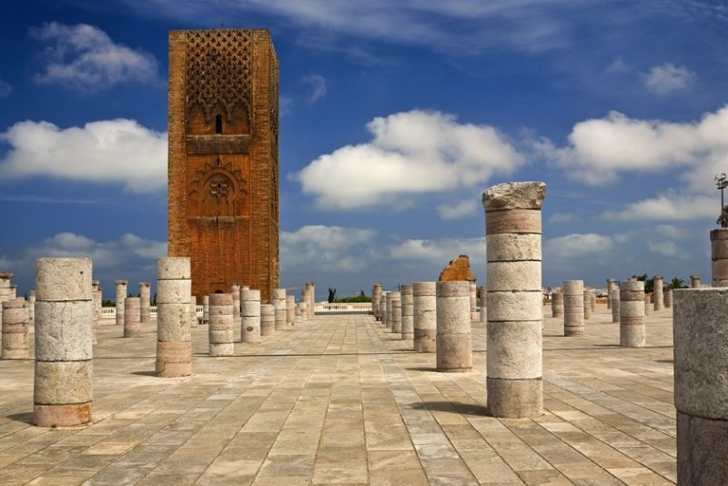 Dilihat detikTravel dari video prewedding pasangan Jusup Maruta Cahyadi dan Clarissa Wang, Jumat (30/1/2018), Hassan Tower di Maroko, Afrika jadi destinasi pertama mereka. Menara masjid yang belum usai ini memang begitu cantik dan kerap jadi tujuan wisatawan (Getty Images)