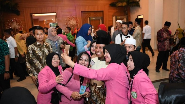 Temani Jokowi ke Asrama Haji, Rommy Dikerubuti Emak-emak