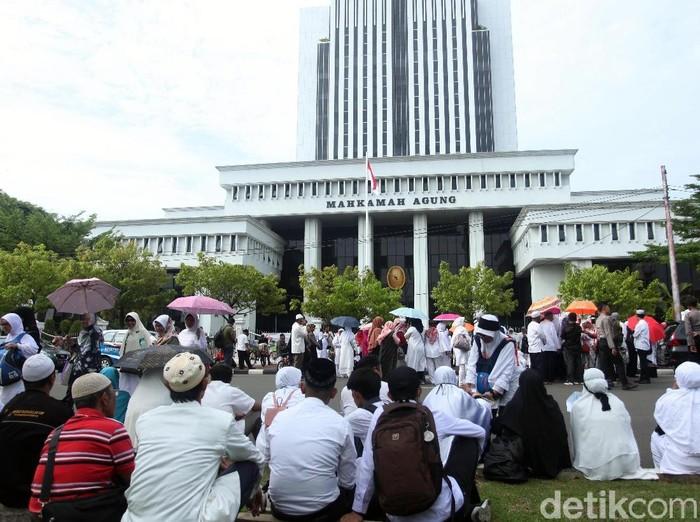 Korban penipuan First Travel saat berunjuk rasa di depan gedung MA. (Lamhot Aritonang/detikcom)