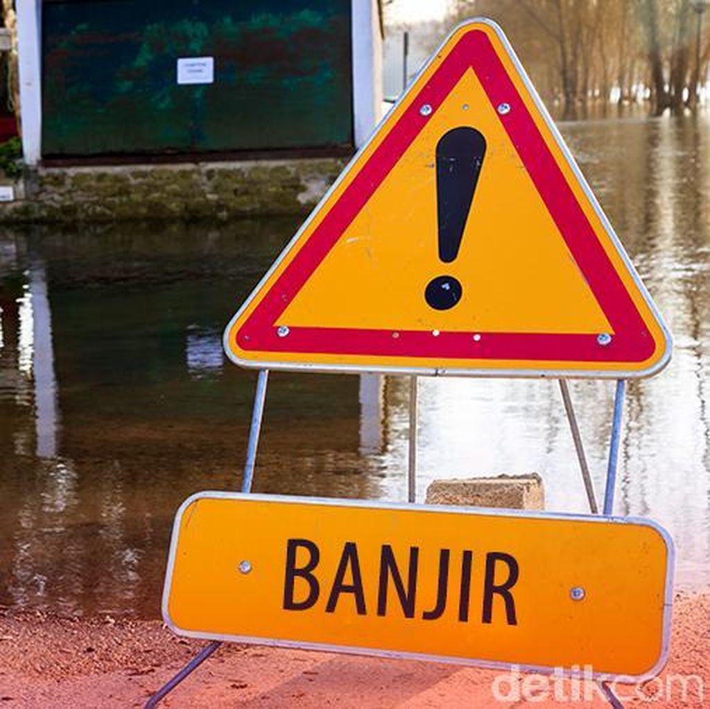 Jalanan di Pekanbaru Banjir, Kendaraan Terjebak Macet