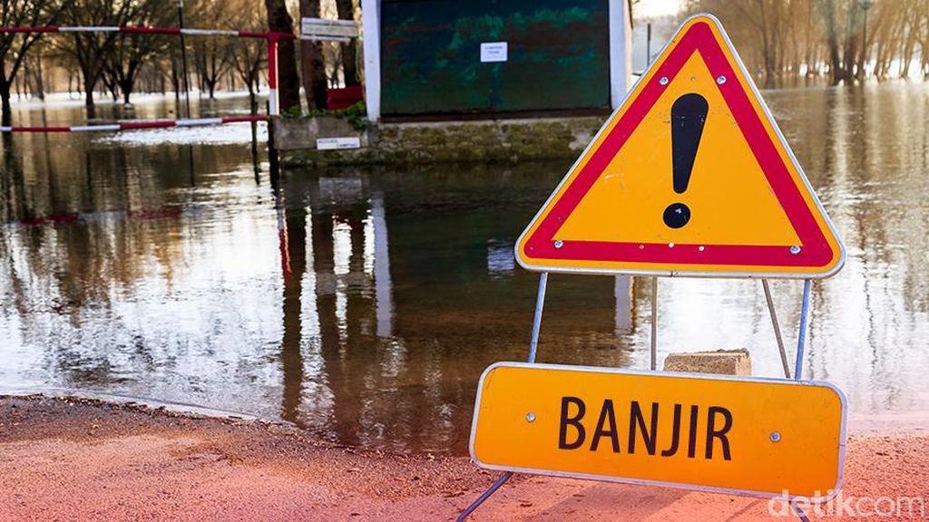 Banjir Genangi Sekitar RSAL Dr Mintoharjo, Bendungan Hilir, Jakpus