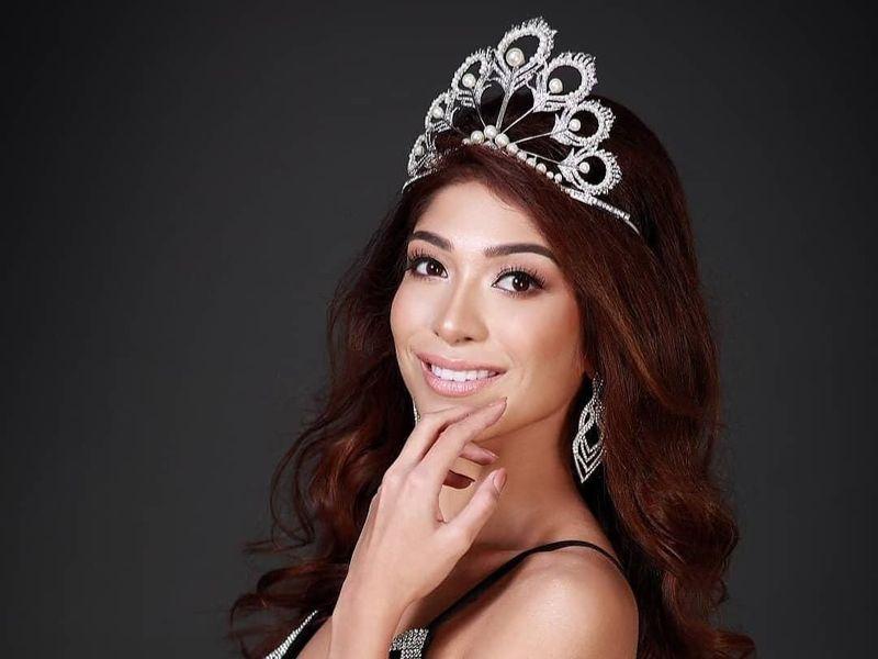 Lahir dari pasangan keturunan Pakistan dan Singapura , Zahra mewarisi semua kelebihan dari dua suku bangsa tersebut. Tak heran kalau ia didapuk sebagai perwakilan Singapura di ajang Miss Universe tahun ini (zah16/Instagram)