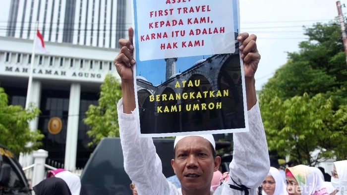 Korban penipuan First Travel berunjuk rasa di depan gedung MA. Mereka meminta aset First Travel dikembalikan negara agar tetap dapat berangkat ke Tanah Suci.