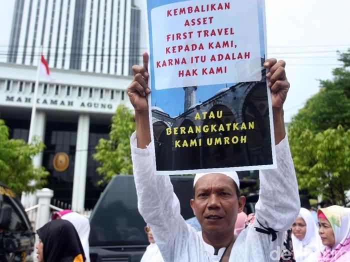 Korban First Travel saat berdemo di depan gedung MA. (Lamhot Aritonang/detikcom)