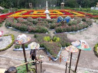 Ada semacam taman bunga labirin dengan Tugu Yogya sebagai pusatnya. Wah, Instagramable nih! (Pradito/detikTravel)