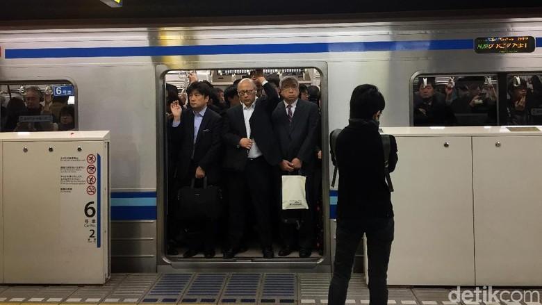 Pagi hari menjadi jam paling sibuk stasiun-stasiun kereta di Jepang. Antrean yang tetap tertib meski sedang padat bikin mata melongo.