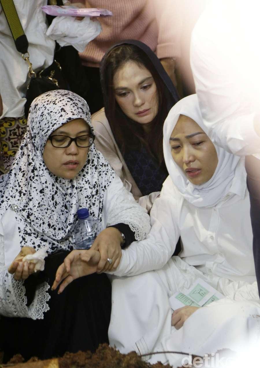 Persahabatan Ayu Dewi, Luna Maya dan Melaney Ricardo