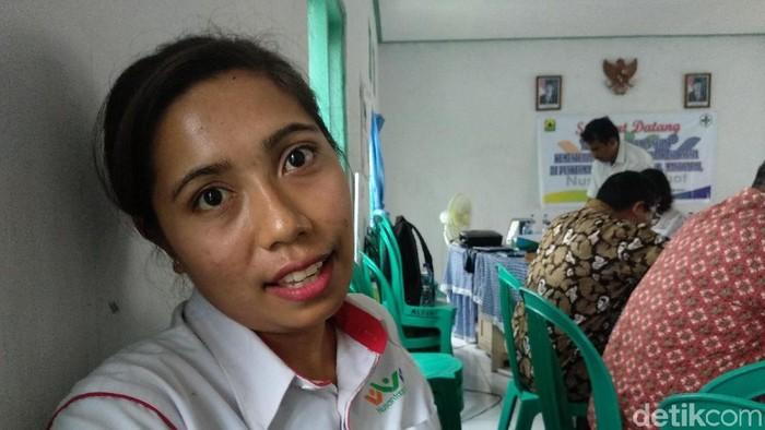 Bidan Ningsih harus membujuk warga agar mau melahirkan di puskesmas. (Foto: Widiya Wiyanti/detikHealth)
