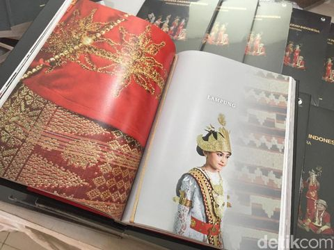 buku karya istri Tito Karnavian, 'Kreasi Busana Daerah Indonesia Warisan Nusantara'.