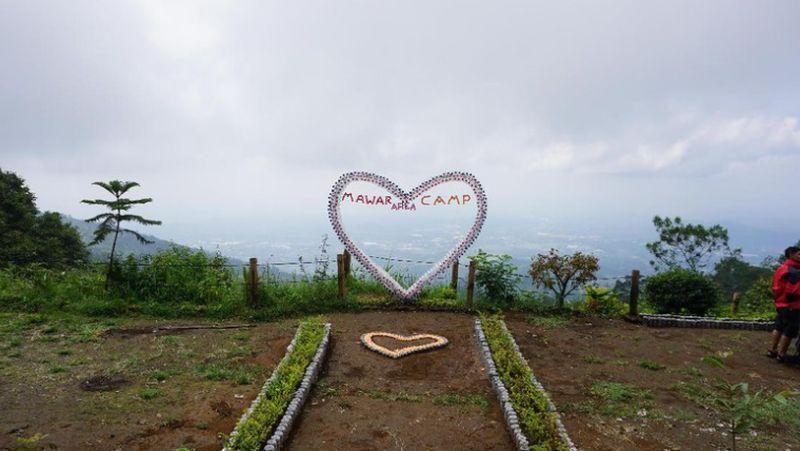 Basecamp Mawar Gunung Ungaran menjadi favorit anak muda hingga orang tua untuk melepas penat. Udara yang segar dan pemandangan yang indah menjadi alasan traveler mengunjunginya. (Masaul/detikTravel)