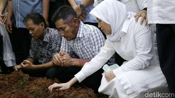 Tangis Ayu Dewi di Pundak sang Ayah