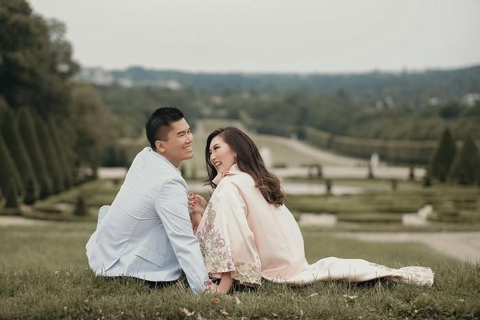 Jusup Cayadi dan Clarissa, pasangan yang dijuluki Crazy Rich Surabayan. Foto: dok. Cappio Photography