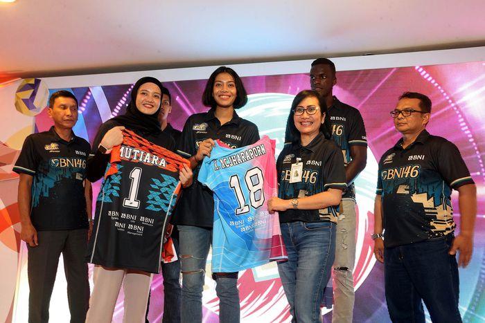 Direktur Bisnis Retail BNI Tambok P Setyawati memperkenalkan tim putra dan putri BNI 46.