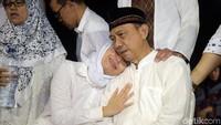 Tangis Ayu Dewi di pundak sang ayah. Foto: Noel/detikFoto