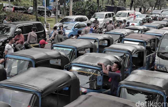 Bajaj-bajaj yang diparkir di depan Balai Kota dalam rangka aksi soal BBG (Foto: Pradita Utama/detikcom)