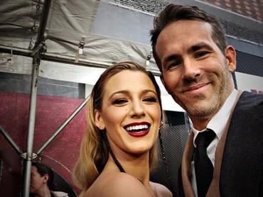 Nggak jarang Ryan melakukan wefie dengan istrinya di acara formal. So sweet! (Foto: Instagram @blakelively)