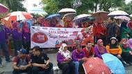 Aksi Simpatik Peringati Hari AIDS, Warga Kediri Bawa Payung