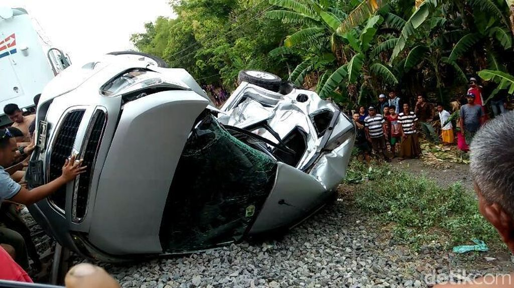 Mobil Chevrolet Terseret KA Sri Tanjung, Tiga Penumpang Luka