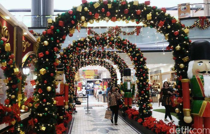 Jelang Natal banyak pusat perbelanjaan mendekor bangunannya bernuansa ornamen Natal untuk menarik masyarakat.