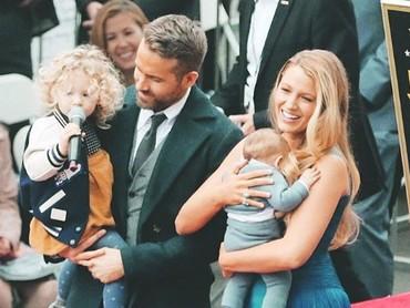 Ketika mengajak kedua anaknya di upacara Walk of Fame Hollywood. James menggemaskan banget ya? (Foto: Instagram @ryanreynoldsnet)