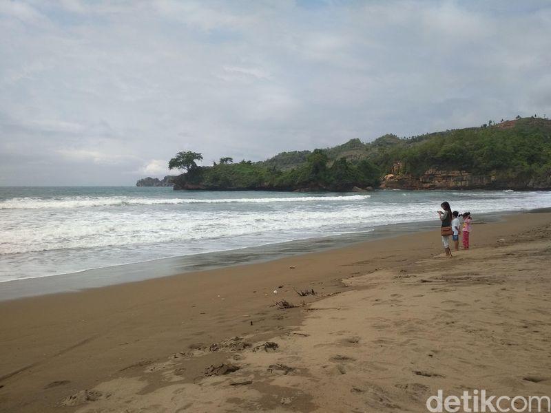 Pantai ini menjadi salah satu andalah destinasi wisata bagi pemerintah Kabupaten Trenggalek. (Adhar Muttaqin/detikTravel)