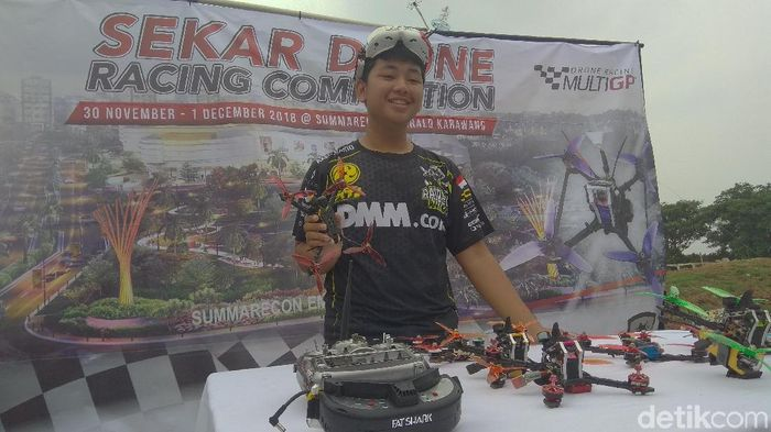 Axel Mario Lengkong pembalap drone belia berprestasi menyampaikan pesawat drone miliknya (Luthfiana Awaluddin/detikSport)