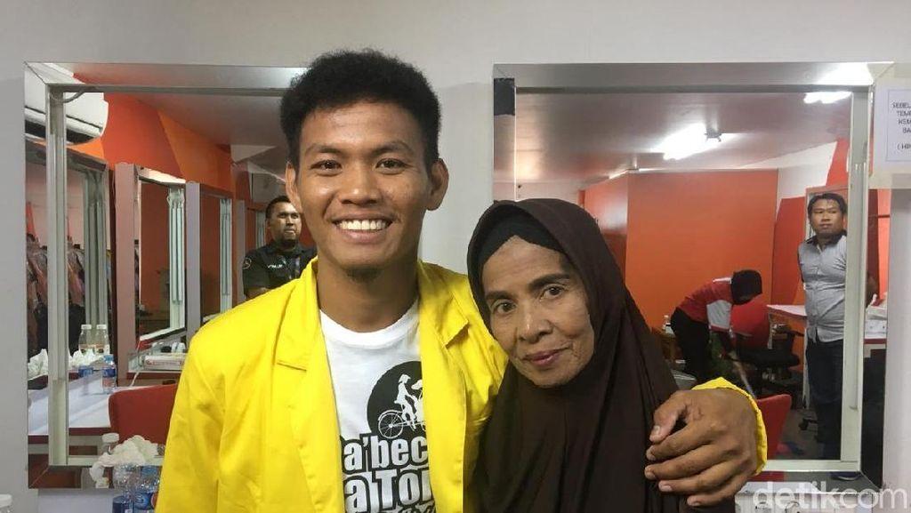 Tukang Becak Bergelar Sarjana Berbagi Kisah untuk Anak Indonesia