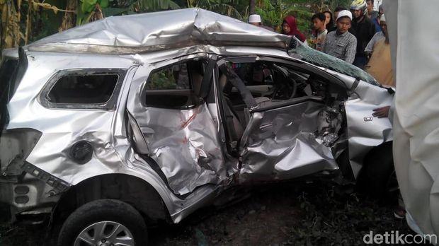 Mobil terseret KA Sri Tanjung 10 meter/