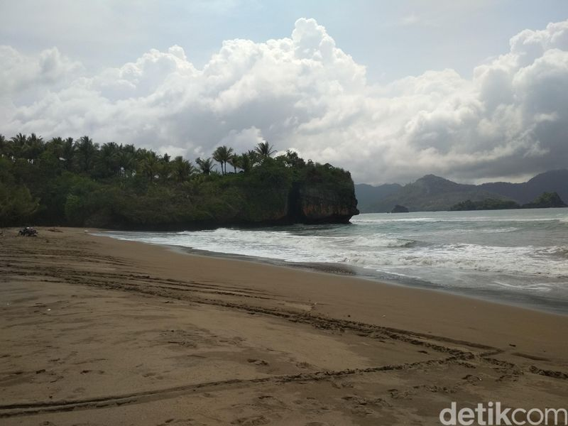 Namanya Pantai Pelang. Pantai ini berada di Desa Wonocoyo, Kecamatan Panggul, Kabupaten Trenggalek. (Adhar Muttaqin/detikTravel)