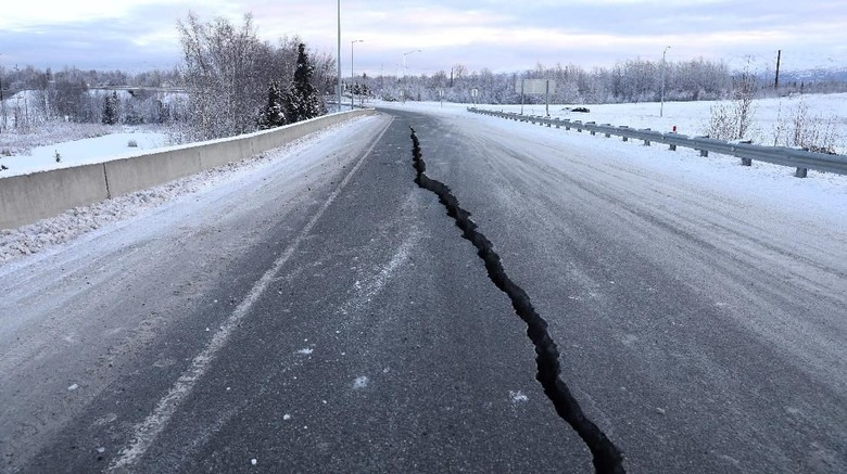 A crack which opened up along a roadway near the airport is seen after an earthquake in Anchorage, Alaska, U.S. November 30, 2018.  REUTERS/Nathaniel Wilder
