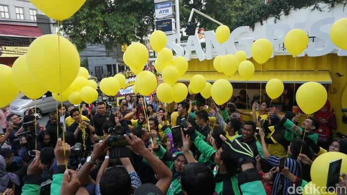 Dengan diterbangkannya balon ke udara, gerai ke 56 Sang Pisang akhirnya resmi dibuka. Ini merupakan gerai ke 6 usaha nugget pisang milik Kaesang Pangarep di Jakarta. Foto: dok. detikFood