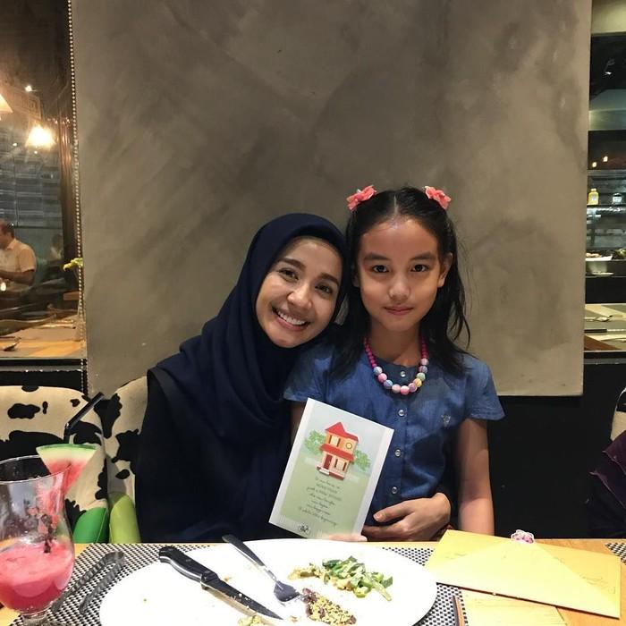 Gadis cantik berusia 9 tahun ini memang kerap menarik perhatian netizen karena wajah imutnya. Kali ini Aleesya berpose manis dipangkuan Bella, saat makan malam. Foto: Instagram @imkoombre