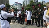 Aksi Simpatik Massa Reuni 212: Bagi Minuman dan Foto Bareng TNI