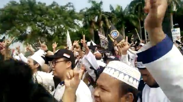 Acungkan 2 Jari, Sejumlah Massa Reuni 212 Teriakkan 'Hidup Prabowo'