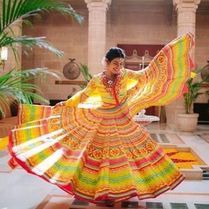 Cantiknya Priyanka Chopra Berbaju Tradisional India Saat Ritual Mehendi