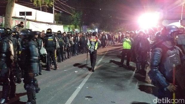 Polisi berjaga di asrama mahasiswa Papua Jalan Kalasan/