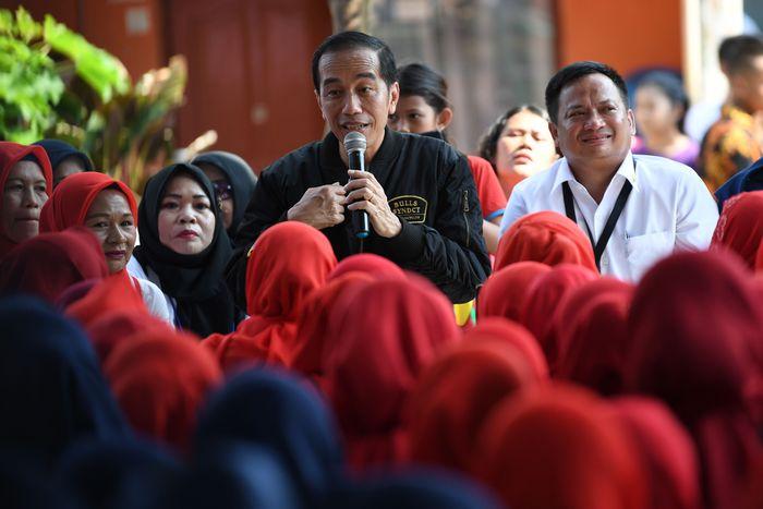 Presiden Joko Widodo didampingi Dirut PT Permodalan Nasional Madani (PNM) Arief Mulyadi berdialog dengan kelompok Permodalan Nasional Madani (PNM) Mekaar di Bogor, Jawa Barat, Minggu (2/12/2018). Foto: AntaraFOTO/Wahyu Putro A