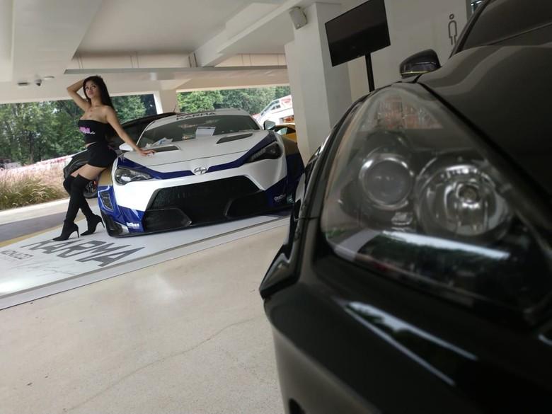 Si Seksi di pameran otomotif. Foto: Ridwan Arifin