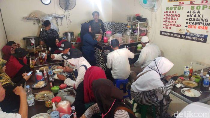 Usai aksi Reuni 212, peserta yang lapar menyerbu warung makan.