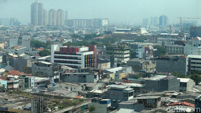 Hamparan atap pemukiman di kota Jakarta, Minggu (2/12/2018). Hamparan atap yang mencapai ribuan hektare tersebut dapat bernilai ekonomi dengan memanfaatkannya menjadi  Pembangkit Listrik Tenaga Surya (PLTS) Atap. Pemerintah lewat Dirjen Energi Baru, Terbarukan, dan Konservasi Energi (EBTKE) Kementerian ESDM tengah menggodok aturan bagi warga yang ingin memasang PLTS Atap. Warga, selain untuk konsumsi pribadi, juga bisa menjual hasil PLTS Atap tersebut ke PLN sehingga bisa berhemat 30 persen konsumsi listrik.