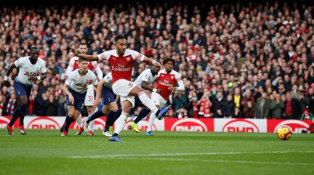 Pierre Emerick Aubameyang mencetak gol pertama melalui penalti.