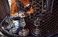 Keren! Tamu Bar di Praha Ini Dilayani Bartender Robot yang Canggih
