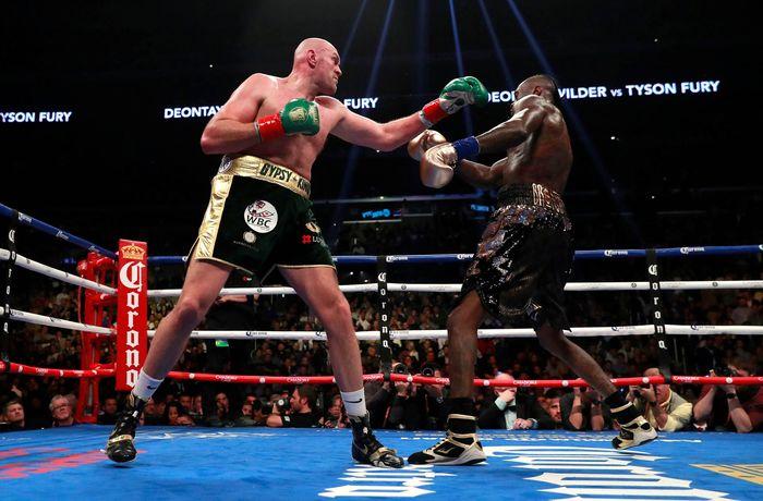 Pada duel perebutan sabuk juara dunia kelas berat WBC itu, Tyson Fury memulai dengan agresif ketika dia melancarkan demi serangan kepada Wilder. Reuters/Andrew Couldridge.