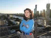 Berpose di atas jembatan. Setelah sampai atas, akhirnya kami mengerti mengapa banyak orang Australia merayakan hari spesial mereka di sini. Pemandangannya keren banget! (dok. Story Bridge Climb Adventure)