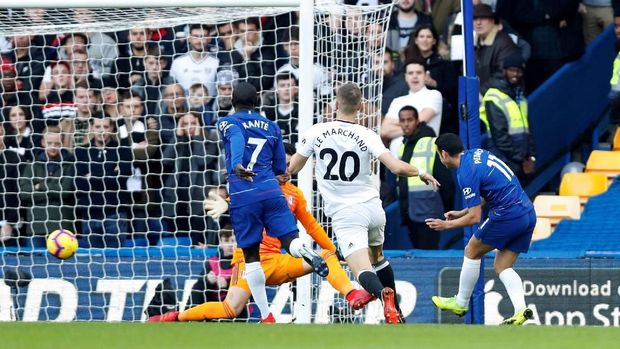 Pedro cetak gol menuntaskan umpan dari N'Golo Kante. (