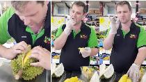 Belah Durian dengan Benar, Bule Penjual Buah Ini Dipuji Netizen