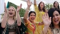 Para tamu undangan terlihat mengenakan sari, seperti Sophie Turner yang tampak tertawa lebar di sebelah Priyanka Chopra. Foto: (dok. Instagram Priyanka)